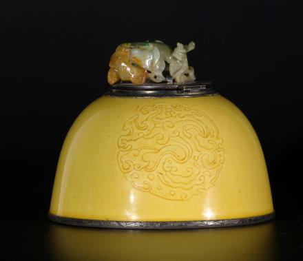 清 黄釉暗刻团龙纹水盂