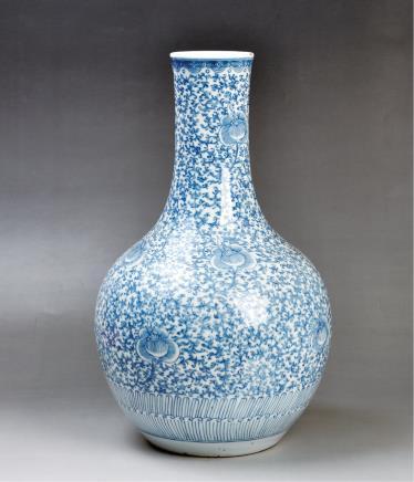清(款式)青花缠枝花纹天球瓶