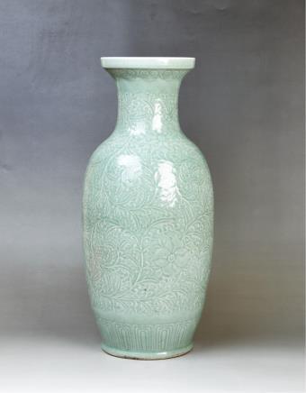 清(款式)冬青釉剔花大赏瓶