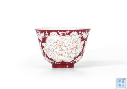 清雍正  脂地开光线描花卉纹杯