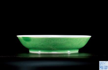 清乾隆绿釉暗刻龙纹盘