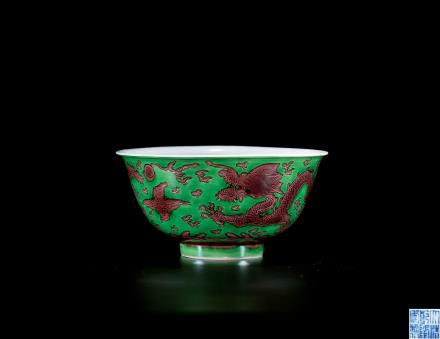 清乾隆绿地褐彩龙纹碗