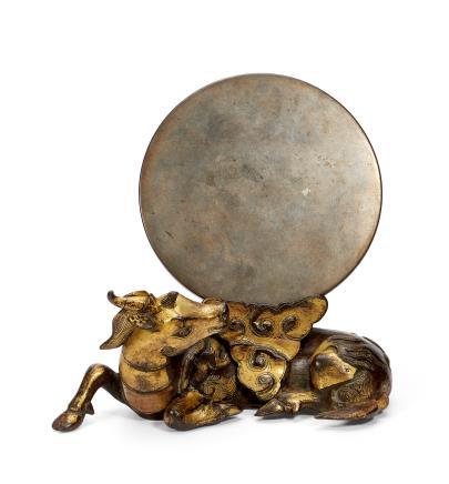 明中叶     铜鎏金犀牛望月古镜(架)