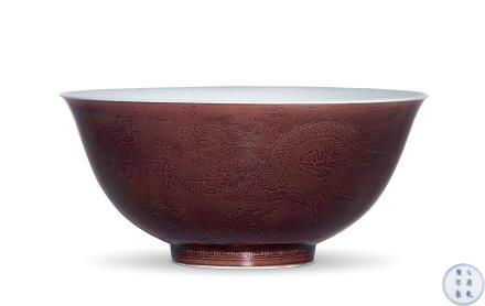清 乾隆   茄皮紫地暗刻海水龙纹碗