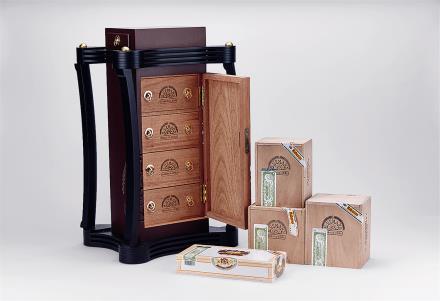 古巴优民雪茄柜配古巴优民雪茄四款:MAGNUM46(25支装)MAGNUM54、(25支装)、CONNOSSLEUR《A》(25支装)及HALFCORONA(25支装)
