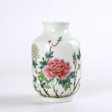 清 洋彩芙蓉花蝶纹灯笼瓶