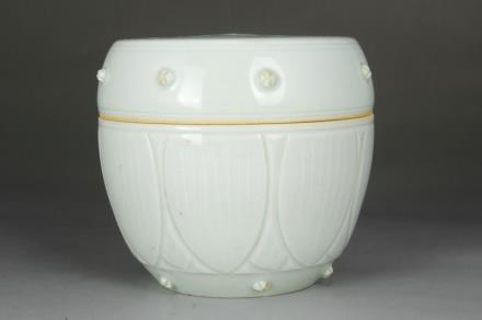 景德镇窑青白釉鼓钉盖罐