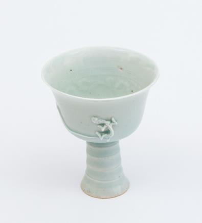 明  青白釉堆塑龙纹内印花高足杯