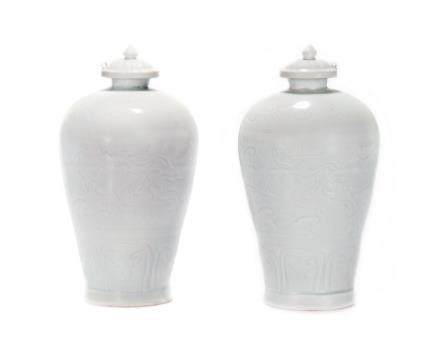 元  卵白釉暗刻海水龙纹带盖梅瓶一对
