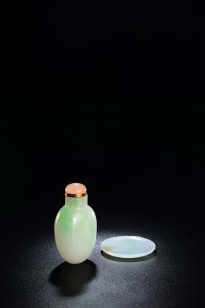 清 翡翠光素鼻烟壶及烟蝶一组