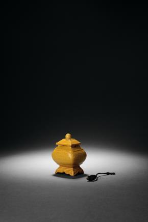 清光绪 黄釉暗刻龙纹水盂