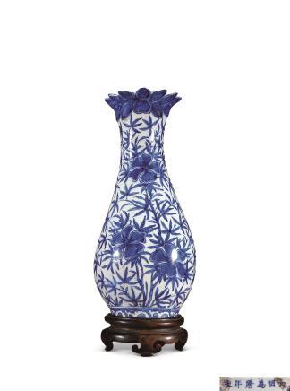 明万曆青花花卉纹壁瓶