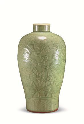 明龙泉窑牡丹纹梅瓶