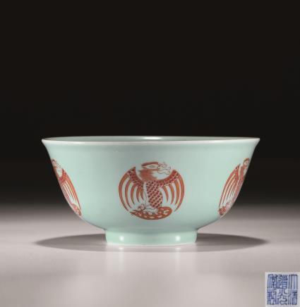 清豆青釉矾红团凤纹碗