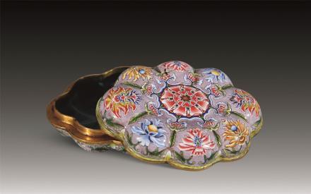 二十世纪铜鎏金胎画珐琅莲花盒