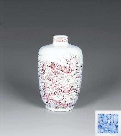 乾隆 釉里红海水龙纹方口小瓶